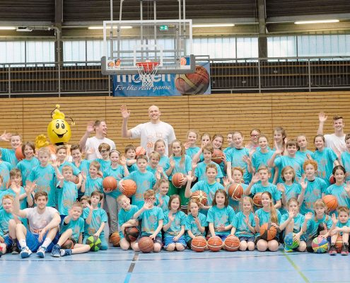 HuiBo Basketball Camp. Gruppenbild aller Kinder mit Trainer.
